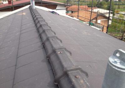 Colmo di tetto con tegole canadesi